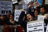 Vụ nữ sinh bị hiếp tập thể trên xe buýt: Ba bị cáo chối tội