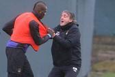 HLV Mancini túm áo Balotelli lôi ra khỏi sân
