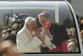 Giáo hoàng Benedict xúc động trước biển người chia tay