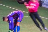 CĐV lao xuống sân tung cước vào thủ môn