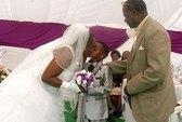 Đám cưới lạ kỳ: Cô dâu 61 tuổi, chú rể... lên 8!