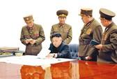 Kim Jong-un vũ trang rầm rộ vì sợ ám sát