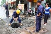 """Ô tô sập """"hố tử thần"""" trên đường Tân Sơn"""