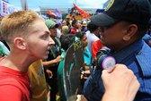 Philippines: Bắt du khách làm cảnh sát khóc