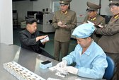 Kim Jong-un thị sát nhà máy sản xuất điện thoại thông minh