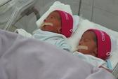 Hai bé trai trong ca sinh 5 đã được về với mẹ