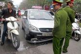 Hà Nội: Taxi hất tự quản phường lên nắp capo
