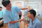Người đàn ông có hàm răng dính chặt 17 năm