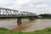 Tìm thấy thi thể người vợ liệt bị chồng ném xuống sông