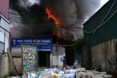 Hà Nội: Lửa cháy ngùn ngụt thiêu rụi xưởng sơn