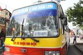 Hà Nội: Nam thanh niên lao đầu vào xe buýt