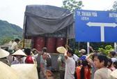 Nghi xe chở hoá chất độc hại, hàng trăm người dựng lều ngăn chặn