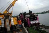 Hà Nội: Xe 29 chỗ lao xuống ao, 1 người tử nạn