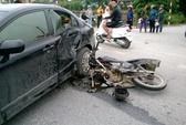 Xe máy nát đầu khi tông ô tô, 1 người nguy kịch