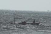 Thanh Hóa: Sóng lớn đánh chìm 2 tàu cá