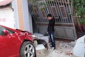 Toyota Venza tông sập cổng nhà ven đường