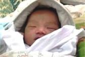 Sáng sớm, phát hiện bé trai sơ sinh bị bỏ bên lề đường