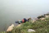Phát hiện thi thể thanh niên trôi sông đang phân hủy