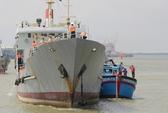 Hải quân cứu tàu ngư dân gặp nạn ở khu vực thềm lục địa