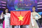 Đại diện Việt Nam cầm ngược cờ, đeo dải băng sai tên nước thi Mrs. World