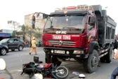 Xe tải nổ lốp, người chạy xe máy chết oan