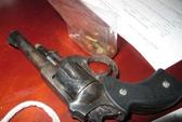Bị truy đuổi, thanh niên rút súng colt chĩa vào cảnh sát