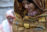 Cha mẹ đổ axit giết con gái