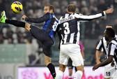 """""""Bà đầm già"""" ngã quỵ trên thánh địa Juventus Arena"""