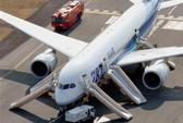 Boeing 787 Dreamliner hạ cánh khẩn, khói bốc lên