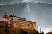 Vượt ngọn sóng cao 30 m