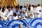 Rải tro cốt cựu hoàng Sihanouk trên sông