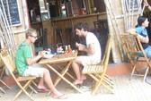 """Nhiều khách Việt hống hách khi vào quán ăn phố """"Tây"""""""
