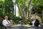 """Hai bữa ăn """"lạ"""" của bà Clinton"""