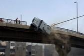 Người biểu tình Ai Cập hất xe bọc thép xuống cầu