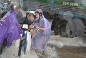 Cảm phục nữ sinh đội mưa đẩy xe cho người đi đường