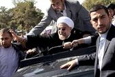 Về nước, tổng thống Iran bị ném giày