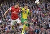 Ozil tỏa sáng, Arsenal đè bẹp Norwich