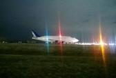 Chim sắt khổng lồ hạ cánh nhầm sân bay