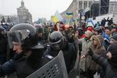 Ukraine tiếp diễn biểu tình, cảnh sát rút lui