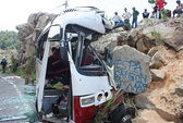 Xe chở giáo viên đi tham quan đâm vách núi, 7 người chết