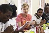 Charlize Theron vận động chống AIDS tại Nam Phi