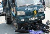 Người đi xe máy bị xe chở rác tông, hất văng xuống đường