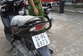 Phát hiện 2 chiếc xe máy vô chủ bên đường