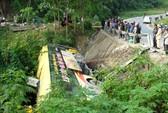 Xe khách lao xuống suối, trên 20 người thót tim