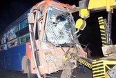 Xe khách va chạm xe container, 6 người nhập viện