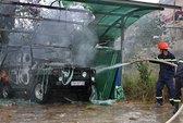 Ô tô đậu trong gara công ty bốc cháy
