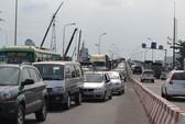 Taxi thắng gấp, 4 ô tô làm ùn tắc cầu Sài Gòn