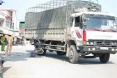 Bị xe tải kéo lê 10m, nữ sinh tử vong