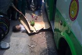 Xe buýt kéo rê rồi cán chết người bán vé số
