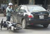 Xe con đột ngột quay đầu, một người bị thương nặng